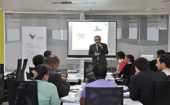 Na foto, o Director Nacional da Vale, R. Saad, dirigindo-se aos participantes